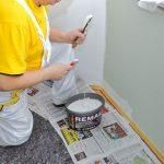 Oprava prasklín. Praskliny zväčšite hranou maliarskej špachtle, aby sa dali lepšie vyplniť. Suchým štetcom odstráňte prach a ryhu navlhčite vodou. Potom ju vyplňte sadrovým tmelom alebo vhodnou stierkou – tvrdnú pomalšie ako sadra, takže sa s nimi lepšie pracuje. Po vyschnutí opravenú plochu obrúste.