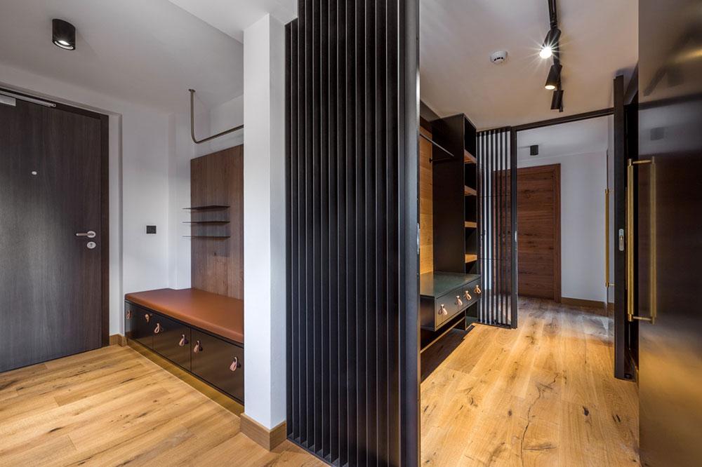 čierne kovové lamely, ktoré oddeľujú jedálenský a obytný priestor, ako aj chodbu a šatník.