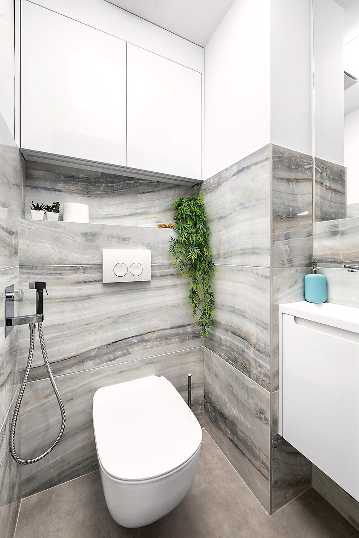 Toaleta si zachovala samostatnosť, kzáchodu však pribudlo aj šikovné umývadielko askrinka, kam sa dajú elegantne skryť hygienické potreby ačistiace prostriedky.