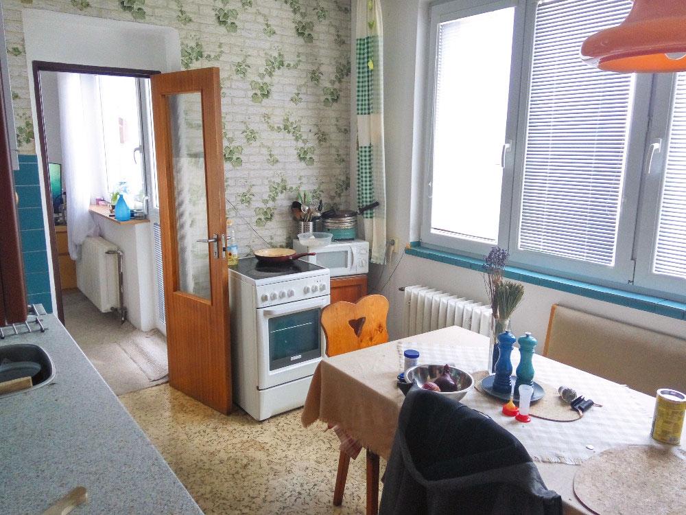 """Predtým. Kuchyňa sa presťahovala do priestoru obývačky ana jej mieste je dnes Bárina aMartinova spálňa. Kúpeľňa síce nezmenila pozíciu vrámci dispozície, no radikálne sa zmenili jej rozmery aj vzhľad. Jednoducho, vtomto byte je medzi """"PRED"""" a""""PO"""" naozaj priepastný rozdiel."""