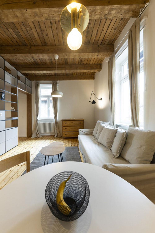 biela pohovka v obývacej izbe