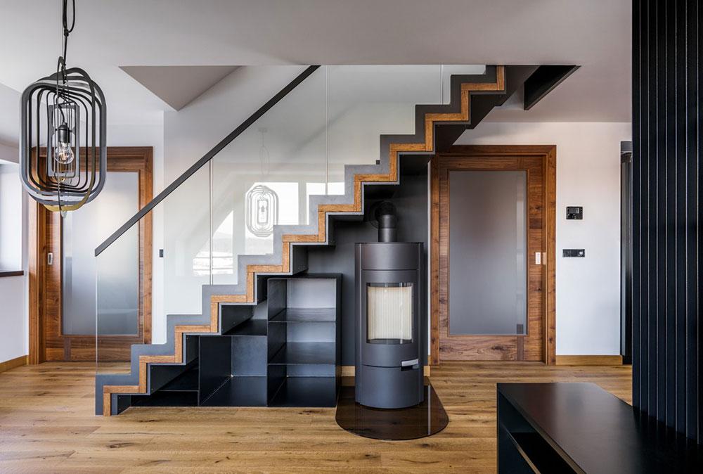 kozub v obývacej izbe so stojanom na drevo