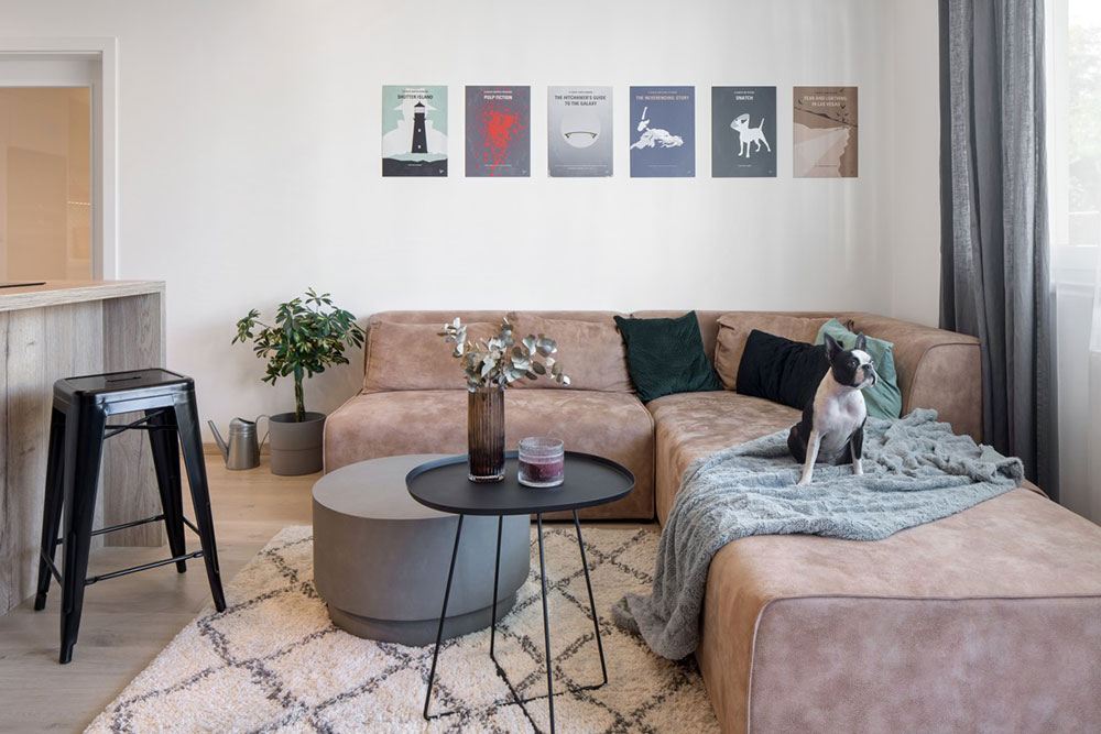 obývacia izba s hnedou sedačkou