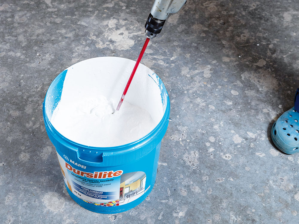 Príprava farby. Umývateľná farba Dursilite sa mieša v pôvodnom obale s 15 až 20 % studenej vody. Dôležité je farbu a vodu dôkladne premiešať, napríklad pomocou nízkootáčkového elektrického miešadla.