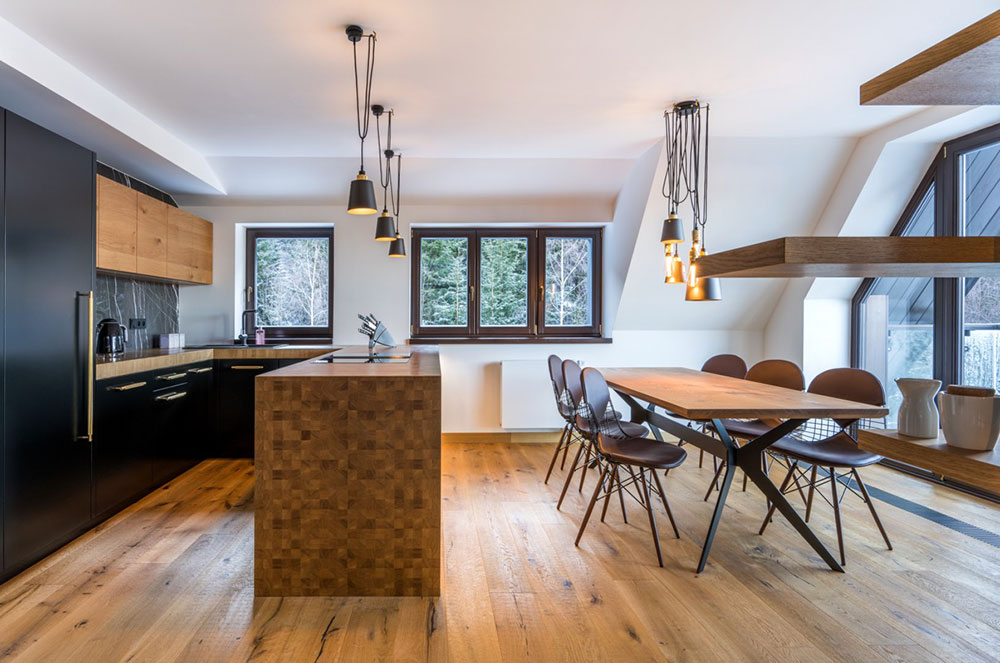 čierna kuchyňa s ostrovom z dubového dreva