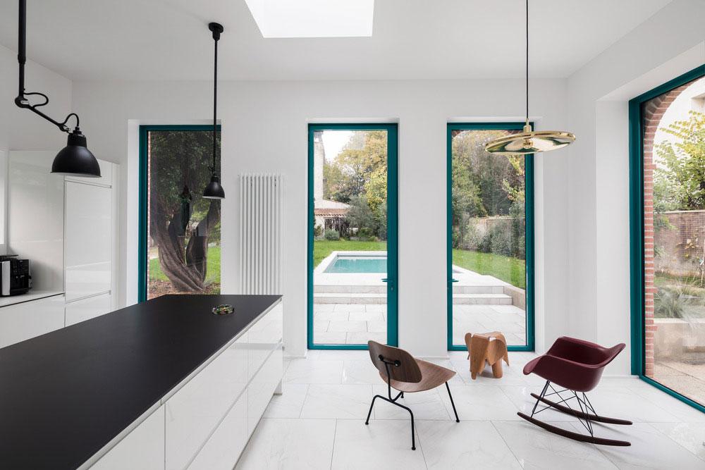 Biely interiér ešte viac zosvetľuje a pôsobí veľmi čisto.