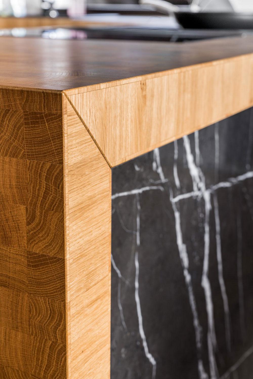 Pracovná doska kuchynskej linky je poskladaná z olejovaných dubových klátikov.