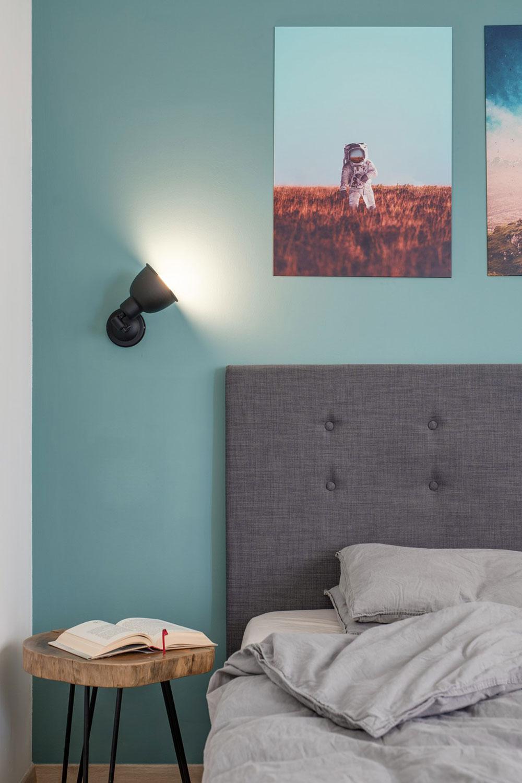 spálňa s manželskou posteľou so sivým čelom
