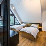 Spálne spájajú podobné čelá postelí, ktoré sú zhotovené ako kombinácia dubovej dyhy a alcantary.