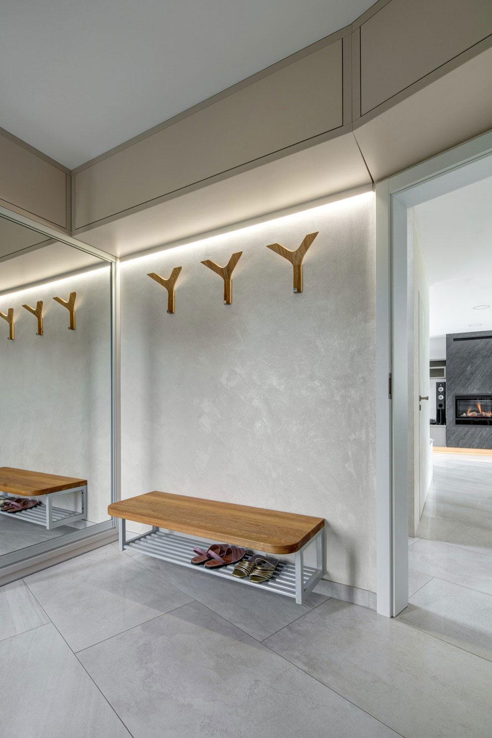 Na prízemnom podlaží je preto jednotne použitá veľkoformátová dlažba a jej lesklý povrch interiér jemne presvetľuje.