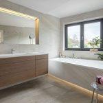 Kúpeľňa s asymetrickou vaňou