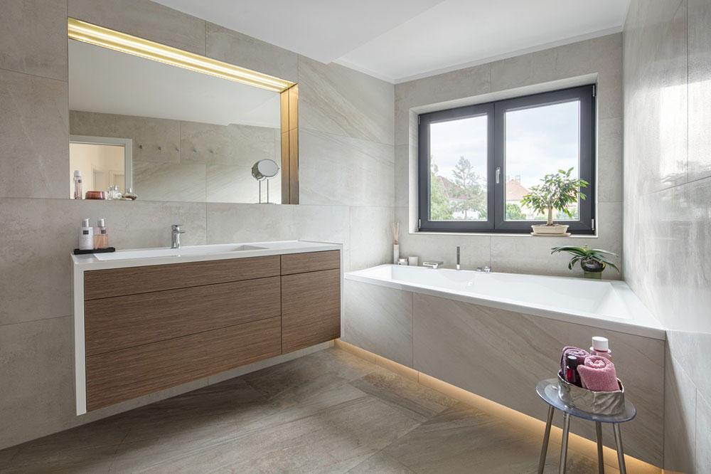 kúpeľňa s vaňou a bledohnedým obkladom