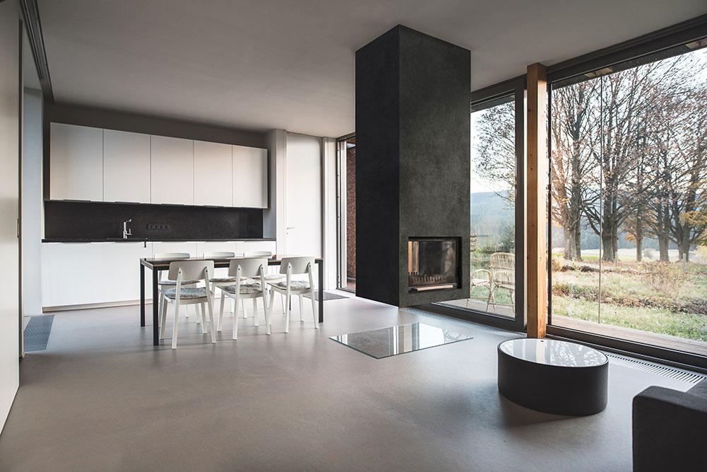 obývacia izba so zaveseným kozubom a jedálenským stolom