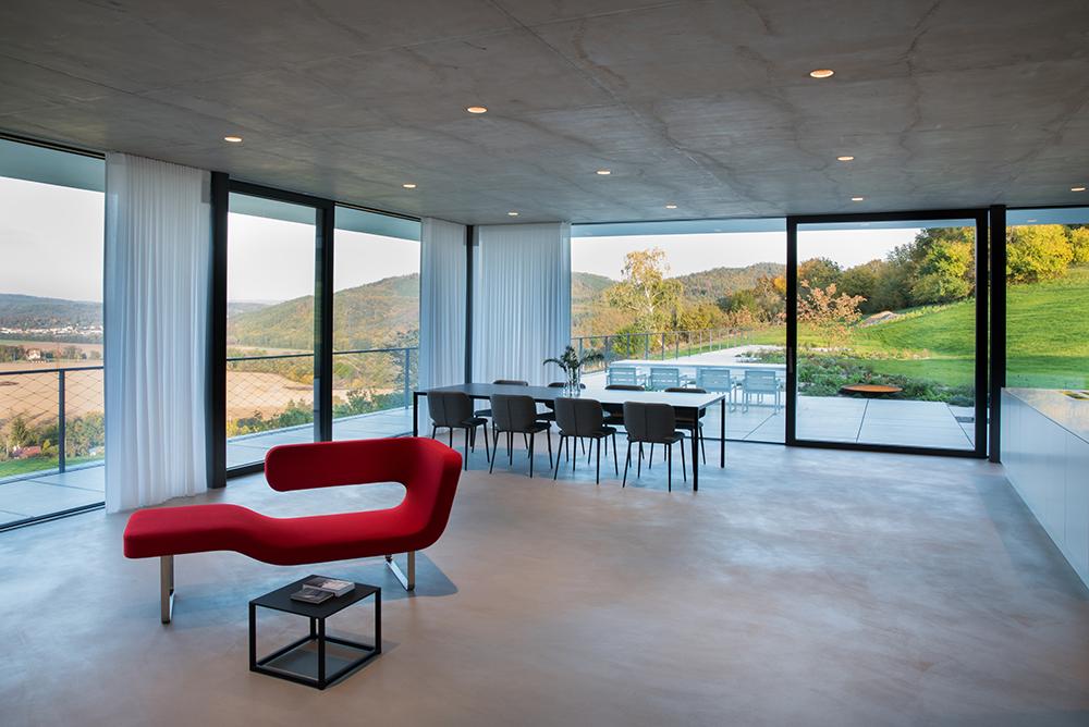 priestranná spoločenská miestnosť s jedálenským stolom a terasou