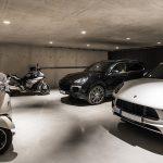 garáž s dvoma autami a motorkami