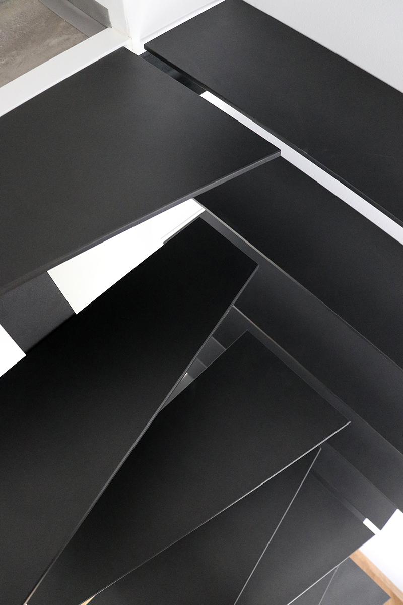čierny schody v garsónke