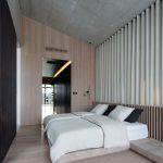 Spálňa s vírivou vaňou bola od tejto zábavnej časti oddelená šatníkom a zasklenou stenou.