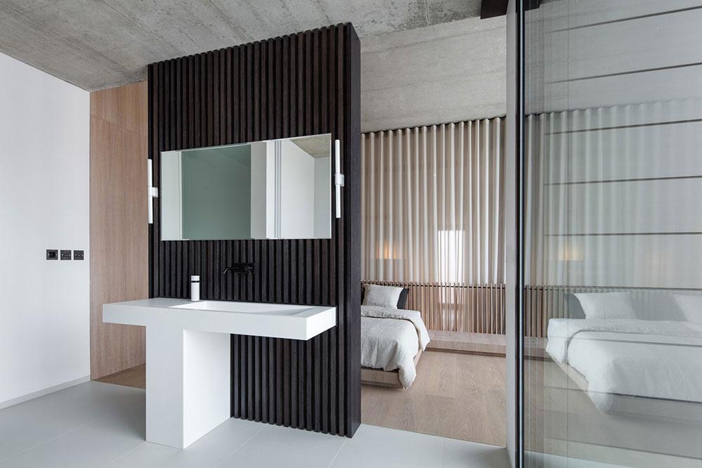 moderná kúpeľňa s dverami do spálne