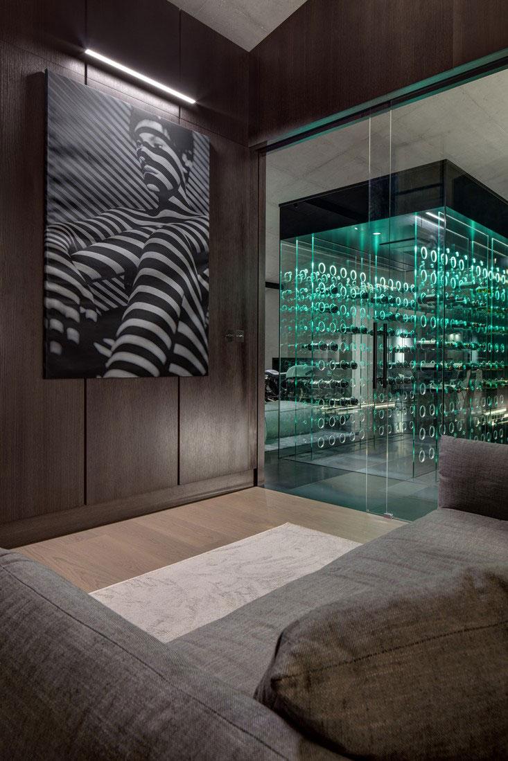 priestor v byte so špeciálnym chladiacim boxom na vína