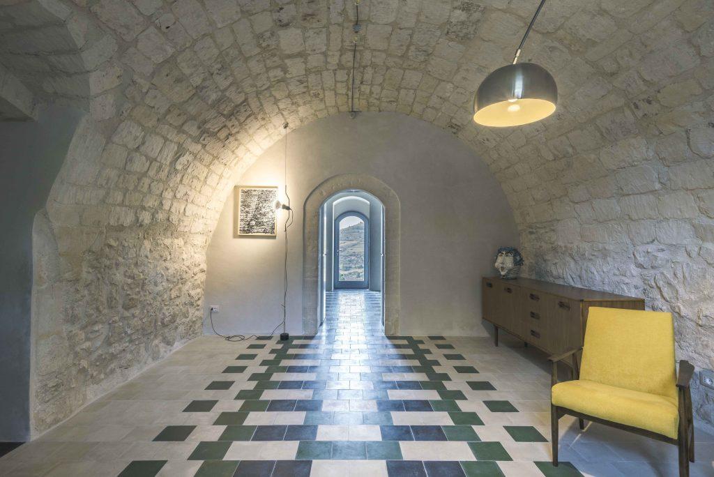 Neobvyklá rekonštrukcia, v ktorej hrajú hlavnú úlohu oblúky a pigmentový koberec