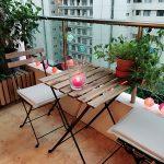 stolík na balkóne