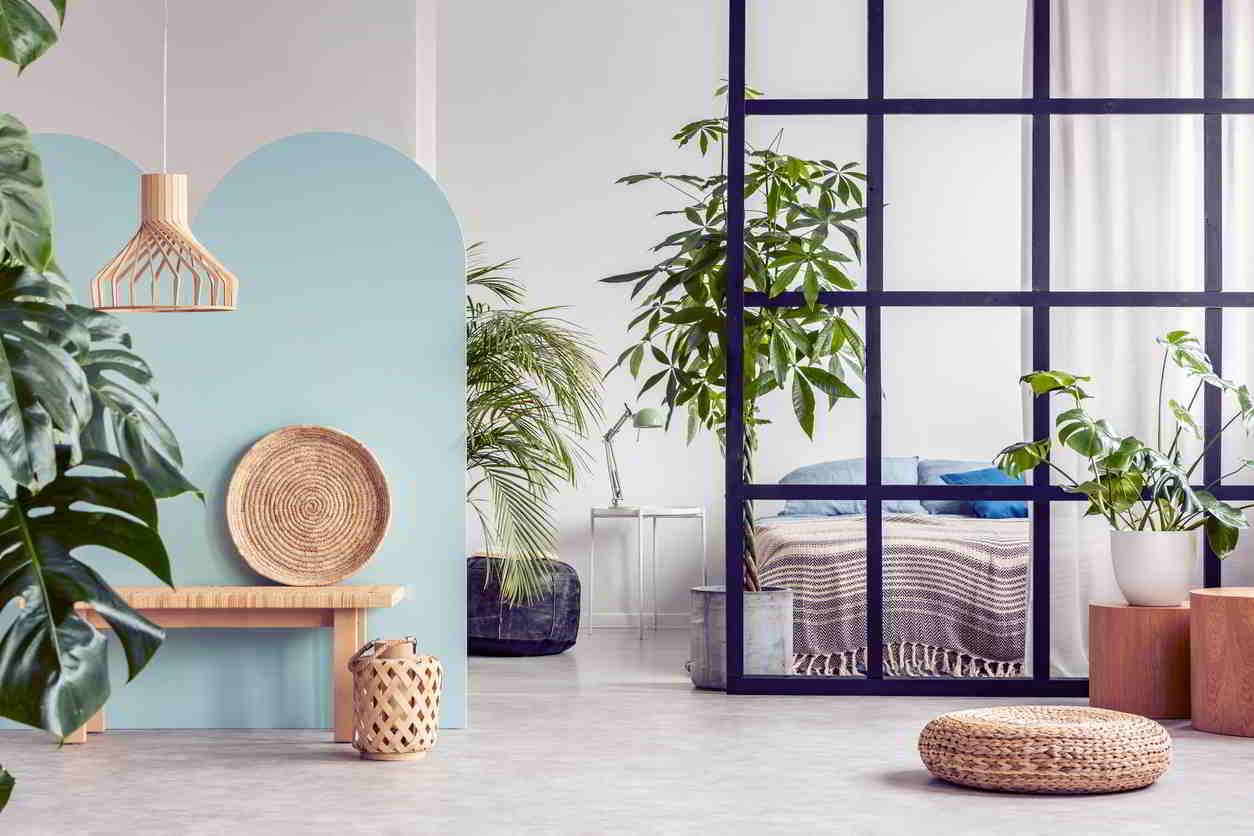 obývacia izba s dekoráciami v prírodnom štýle