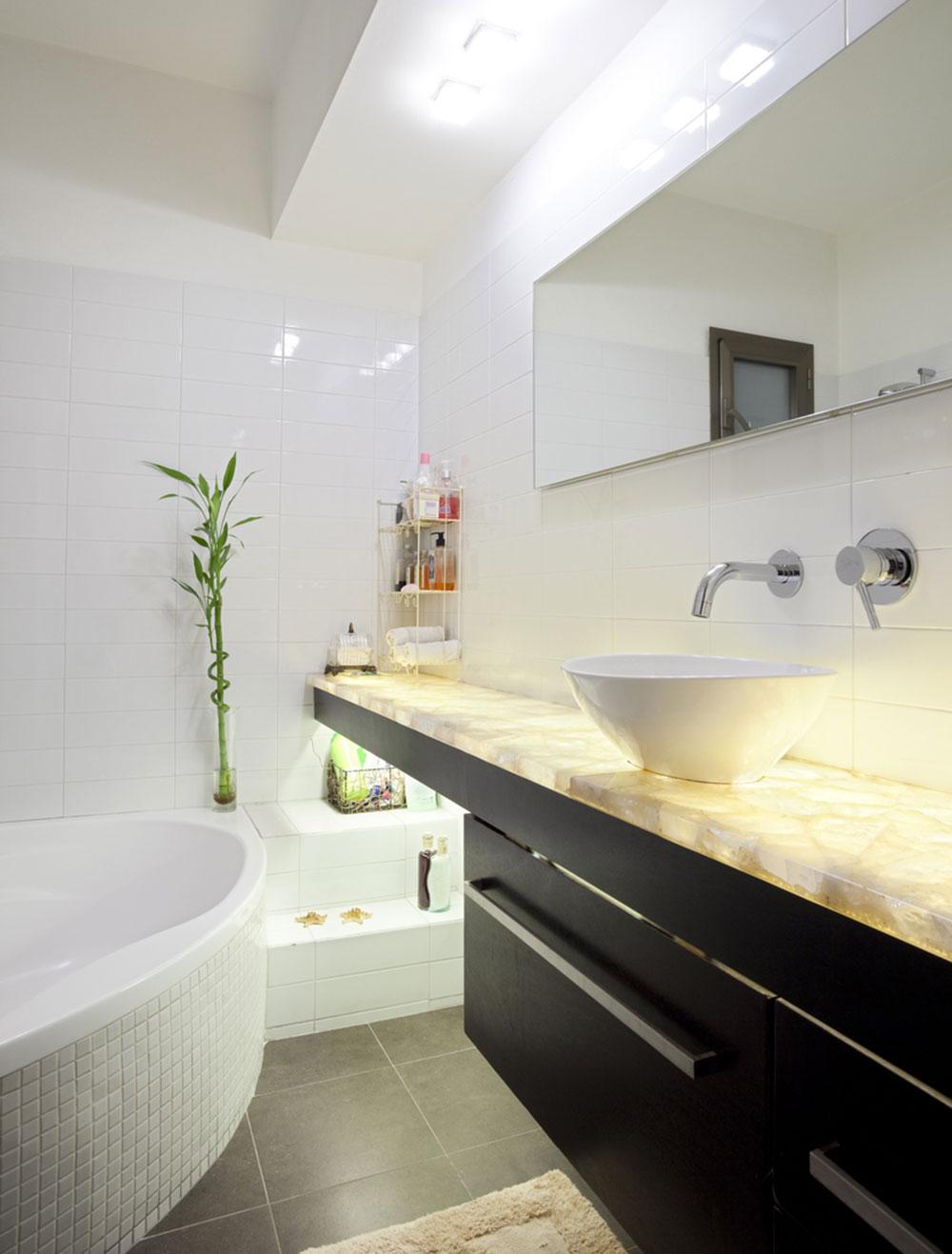 kúpeľňa s čiernym nábytkom a vaňou