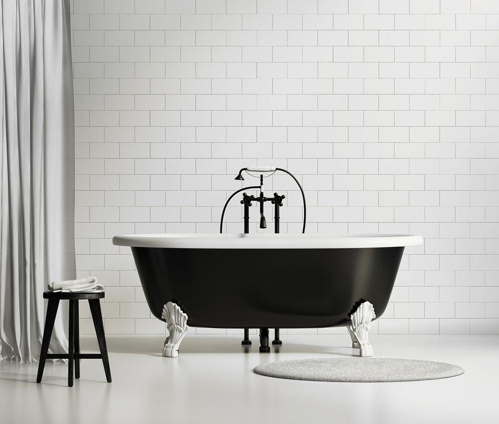 čierna vaňa v bielej kúpeľni
