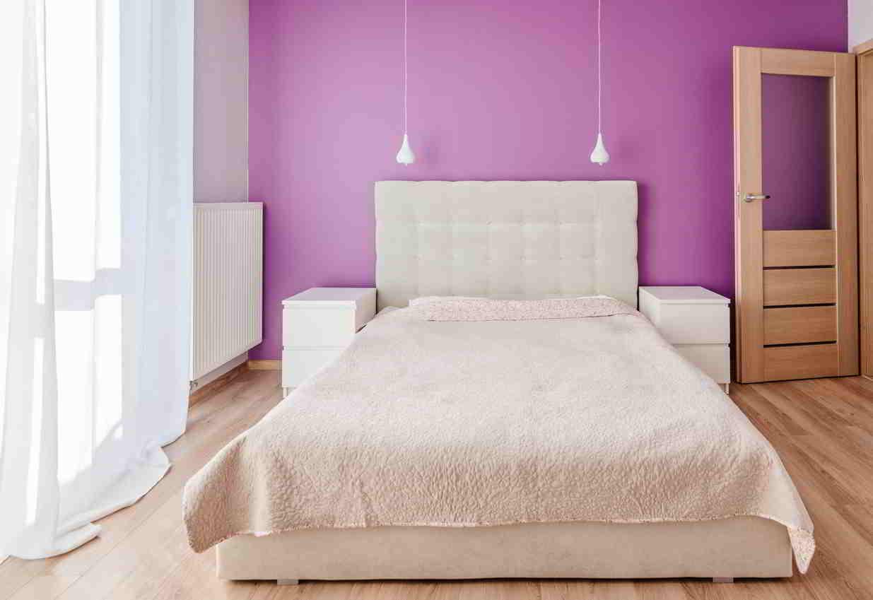 fialová spáľňa v ineteiéri