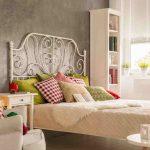 Sivozelená stena v záhlaví postele