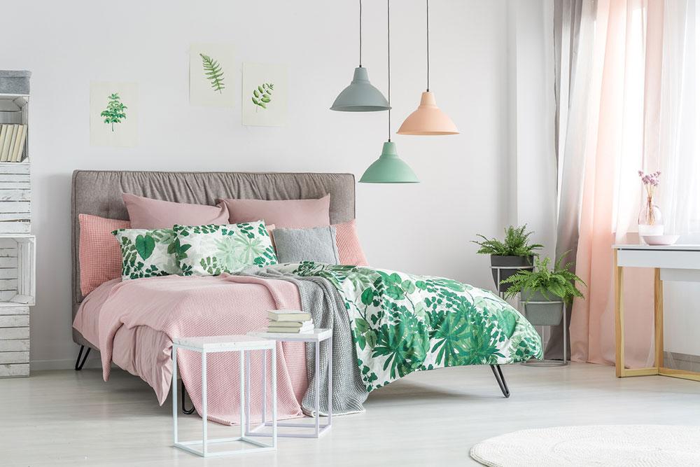 spálňa s kvetinovými vzormi