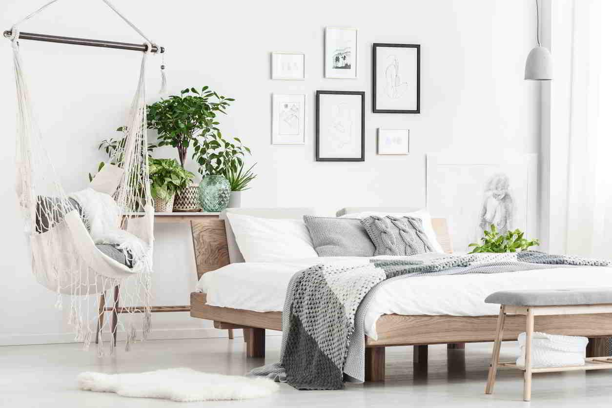 spálňa s drevenou manželskou posteľou