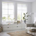 biela obývacia izba so sivou sedačkou