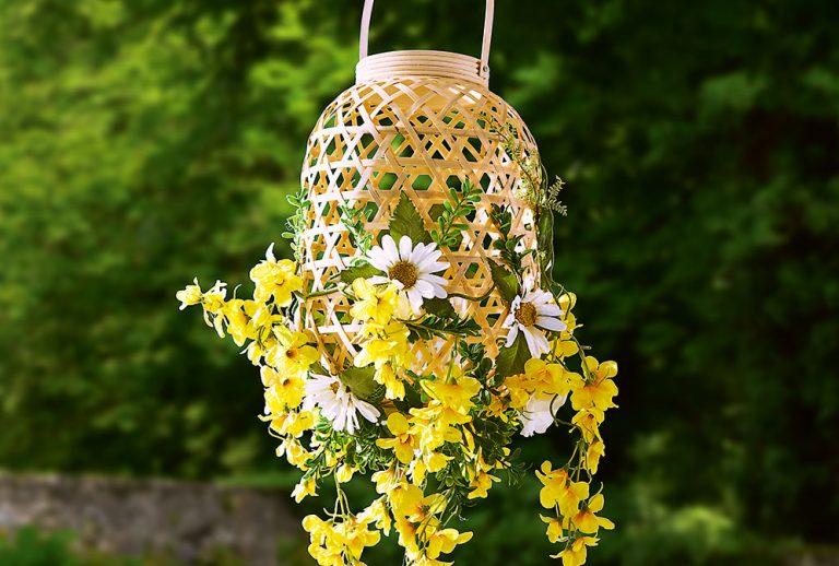 Ako si vyrobiť záhradné lampáše zdobené farebnými kvetmi