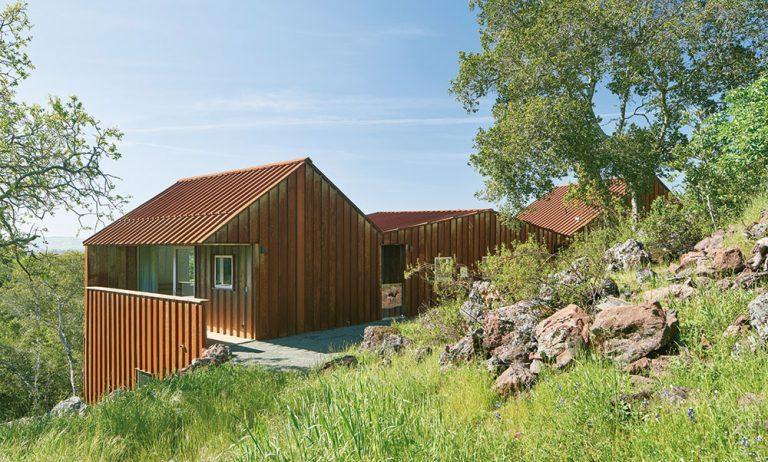 Zladený dom! Fasáda a strecha z cortenu korešpondujú s farbou zeme