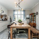 minimalistická kuchynská linka v kontraste s rustikálnym stolomo