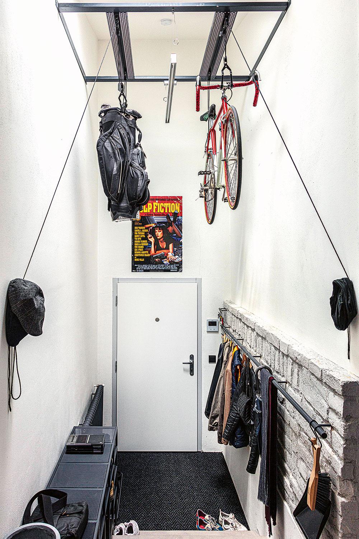 predsieň v industriálnom byte so zaveseným bicyklom
