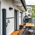 Terasa svýhľadom do zelene tichého vnútrobloku príjemne dopĺňa možnosti obývačky. Byt je navyše situovaný vobľúbenej lokalite vblízkosti parku Lužánky, takže možností na relax aj šport je tu celkovo nadostač.