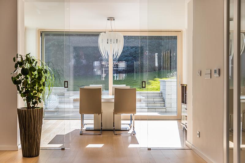 svetlá jedáleň s výhľadom do záhrady