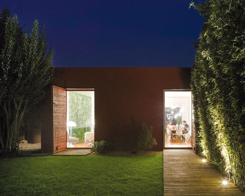 Najdôležitejšou požiadavkou majiteľov vily bolo prepojenie interiéru so záhradou.