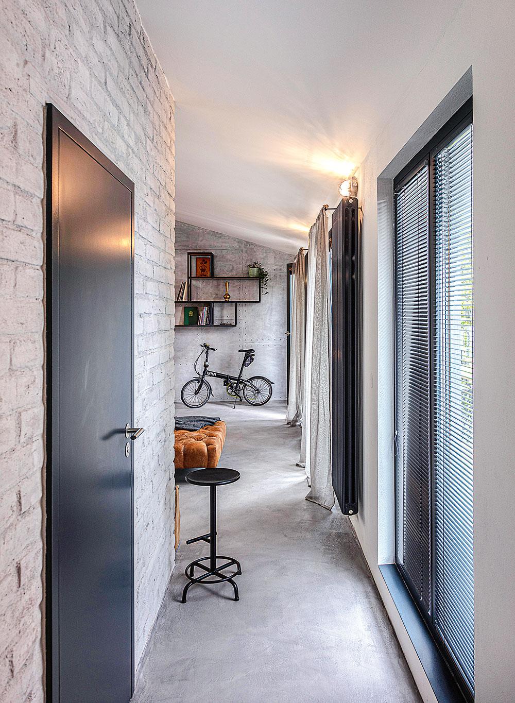Farebné ladenie celého interiéru je jednoduché, štýlovo príznačné aveľmi príjemné – základ vytvárajú plochy vtónoch bielej asivej doplnené prvkami zkovu antracitovej farby. Ich kontrast zjemňuje medovohnedý odtieň kože adreva.