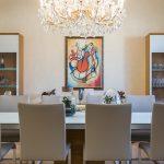 jedáleň s lustrom