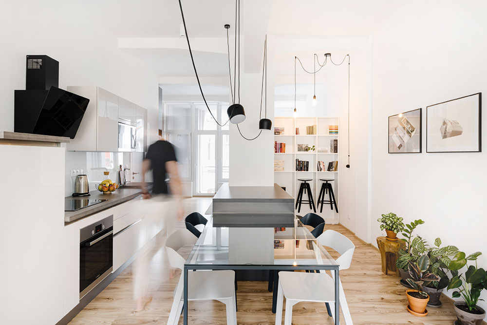 Kuchyňa, jedáleň a obývačka sú v garsónke spojené