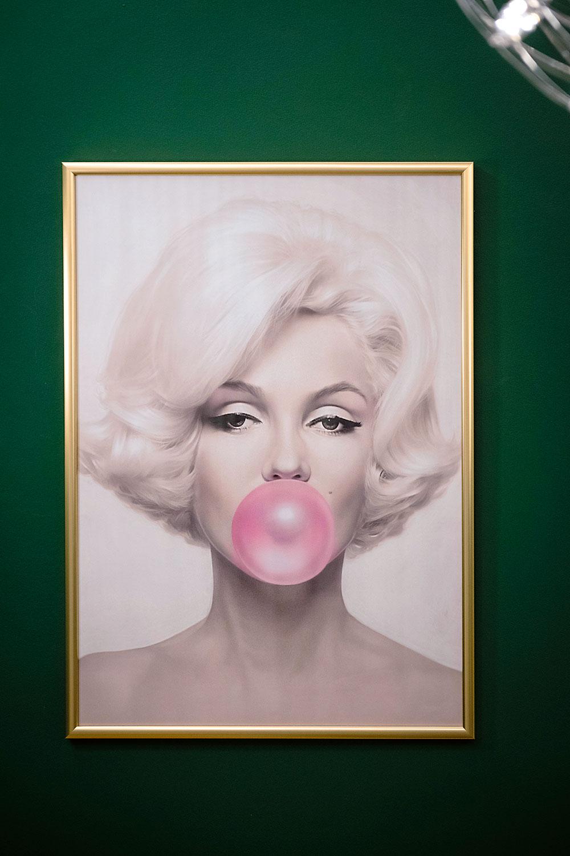 Ikonická Marilyn Monroe od Michaela Moebiusa so žuvačkovou bublinou