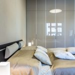 spálňa s manželskou posteľou a vstavanou skriňou