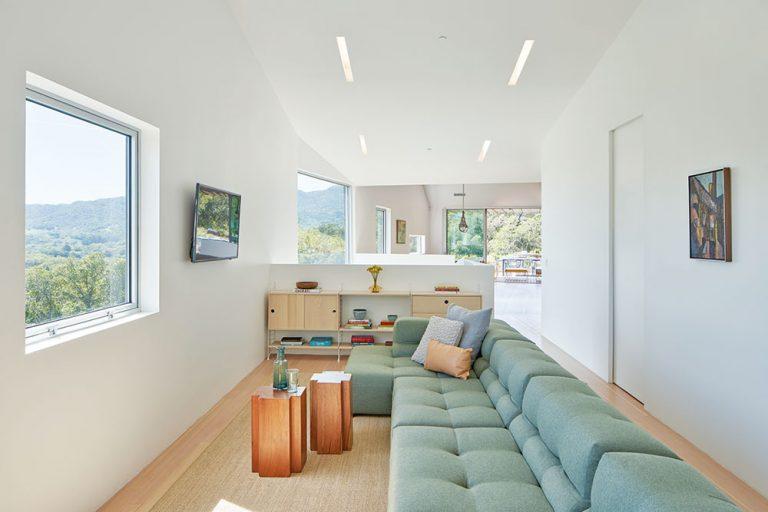 obývacia izba so sedacou súpravou mätovej farby