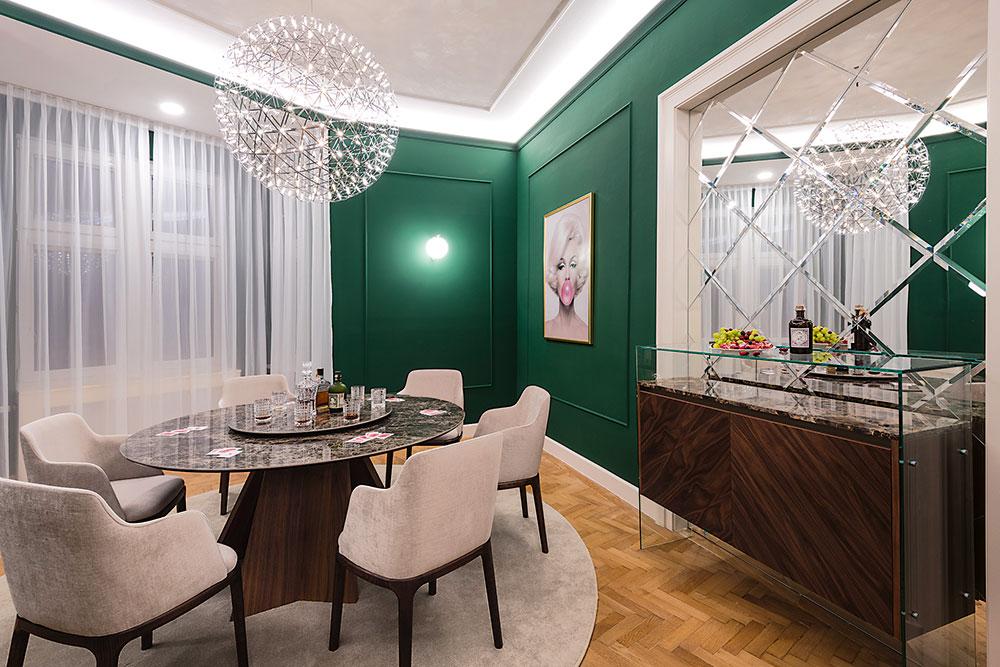 okrúhly mramorový stôl asmaragdovozelené steny v salóniku