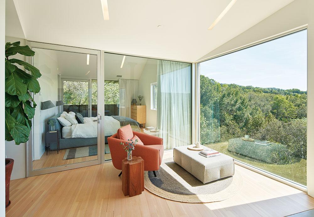 veľké presklené plochy z obývacej izby ponúkajú krásny výhľad