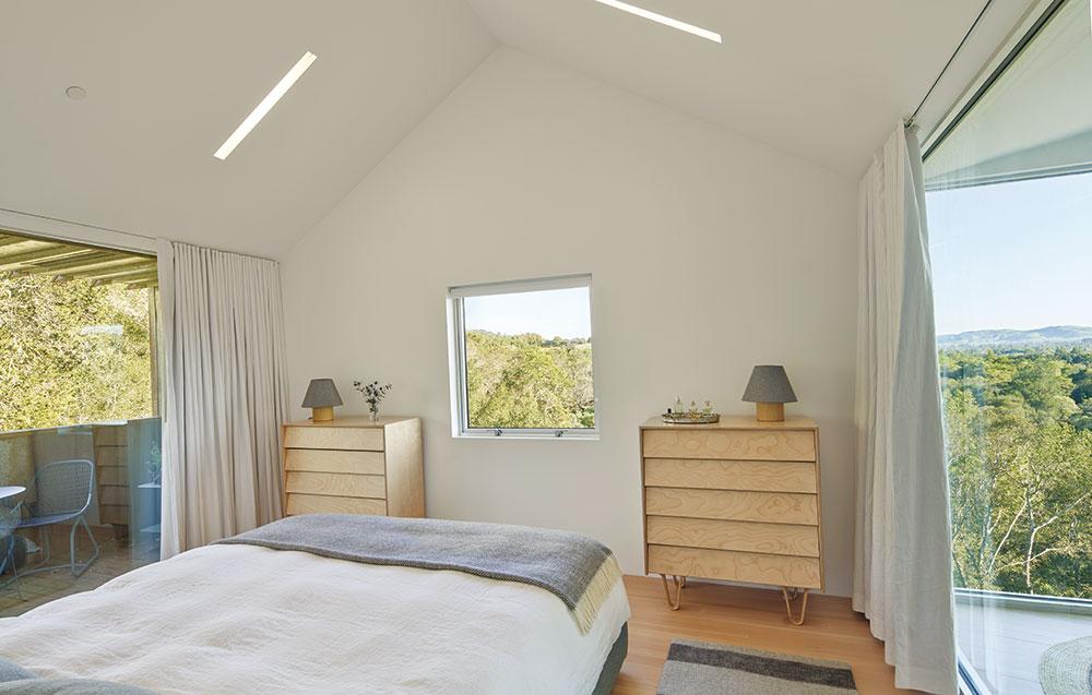 Spálňa je menšia, zariadená vo vidieckom duchu sdôrazom na detail.