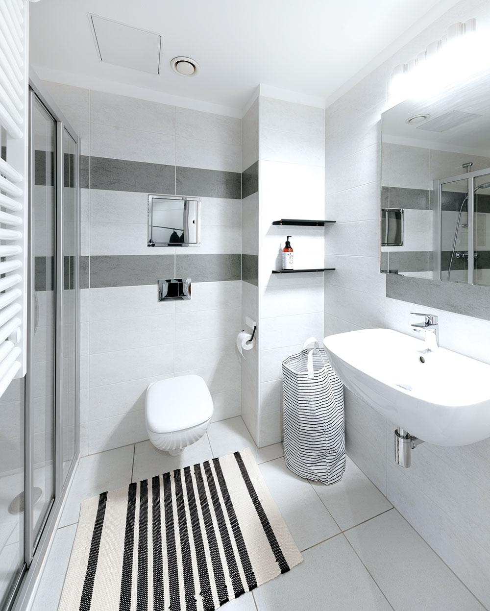 Menšia kúpeľňa rešpektuje celkové ladenie bytu a je priamočiaro jednoduchá.